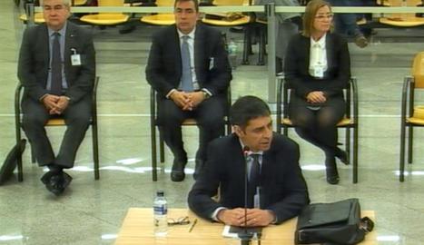 El major Trapero  –en primer pla– i els altres acusats, Cèsar Puig, Pere Soler i Teresa Laplana durant el tercer dia de judici.