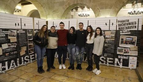 Alguns dels alumnes lleidatans que van viatjar a Mauthausen a la presentació ahir, a la Paeria.