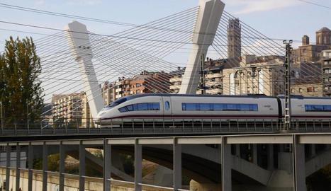 Imatge d'arxiu d'un tren d'alta velocitat passant per Lleida.