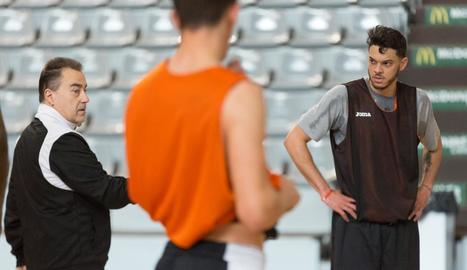 Eddy Polanco, rebent les instruccions de Gustavo Aranzana a l'entrenament d'ahir.