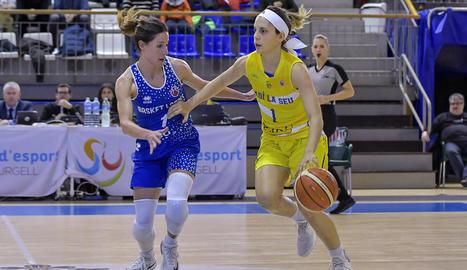 Marina Lizarazu, que ahir va debutar a casa, puja la pilota defensada per l'exurgellenca Ana Suárez.