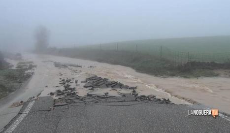 Les pluges malmeten el paviment de la carretera i obliguen a suspendre les classes a Tartareu