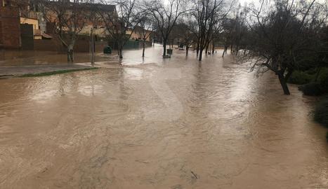 El riu Sió, desbordat aquest dijous a Agramunt.