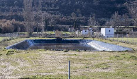 La bassa està situada entre l'antiga carretera N-II i el riu Ondara.