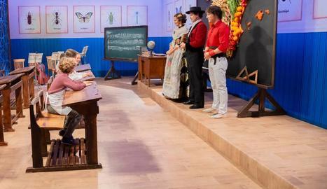 Els quatre finalistes en pupitres del segle passat, davant del jurat abillat amb vestits regionals.