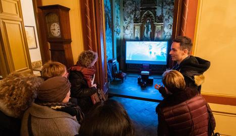 Videoinstal·lació a la capella de la Casa Duran i Sanpere, amb l'artista Xavier Marrades (a la dreta).