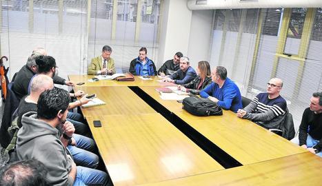 Imatge de la reunió ahir a Treball, que va acabar sense poder conformar la taula oficial de negociació.