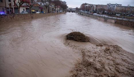 Imatge de l'avinguda del riu Ondara al seu pas per Tàrrega durant l'últim dia del temporal Glòria.