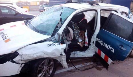Estat en el qual va quedar el cotxe patrulla després de ser envestit.