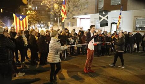 Desenes de persones van tallar ahir Ricard Viñes i van fer trucs per demanar llibertat per als presos.