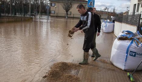 Els Bombers van buidar durant tot el dia d'ahir l'aigua que va entrar a la residència d'Agramunt.