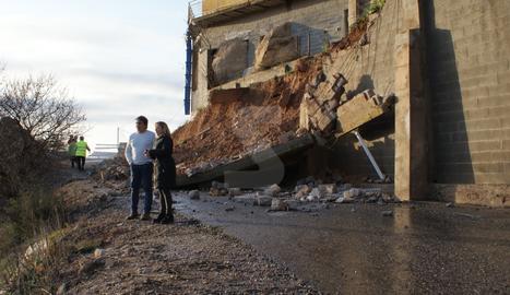 L'aigua s'emporta un pont a Cervià i tira una paret de la residència