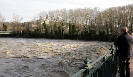 Imatge del riu Ter, baixant amb força ahir al seu pas per Girona ciutat.