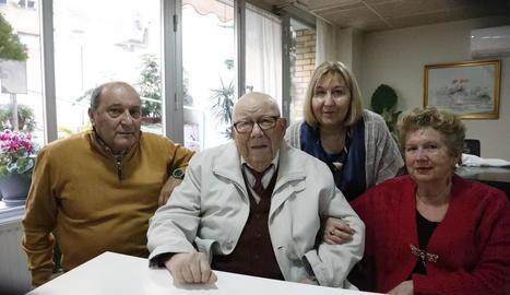 Joaquim Tolós, amb fotos que repassen moments de la seua vida.