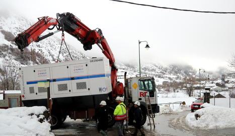 Un camió descarregant un grup electrogen a Àreu, al Pallars Sobirà.