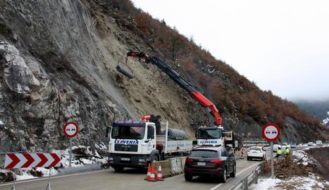 Un carril de circulació habilitat en el punt del despreniment al Pont de Bar, on els operaris continuen treballant per estabilitzar la muntanya.