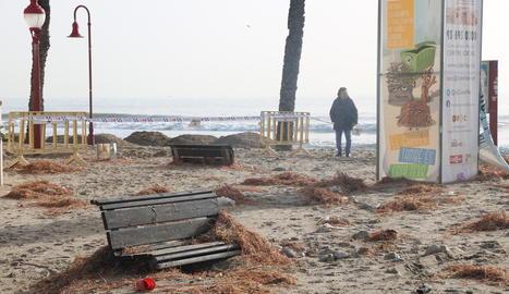 Els desperfectes al passeig Marítim de Cubelles (Barcelona) després del pas del Glòria.