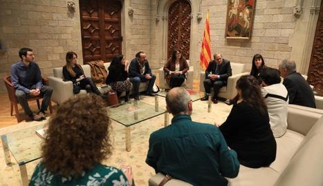 El president Torra, ahir, al Palau de la Generalitat, amb eurodiputats que van visitar els presos.