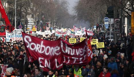 Imatge de la manifestació celebrada ahir pels carrers de París.