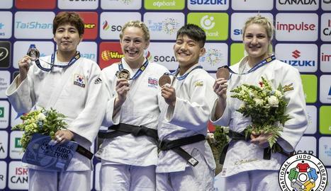 Ai Tsunoda, la segona per la dreta, al podi del Grand Prix amb la medalla de bronze.