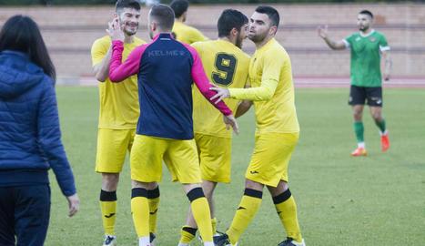 Pau Bosch celebra amb els seus companys la victòria en el debut amb l'EFAC.