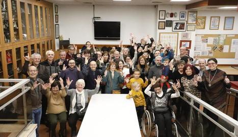 Les sòcies i els socis de la Llar de Persones Sordes de Lleida, en un moment de la celebració, ahir.