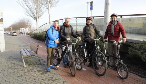 Membres de la plataforma En Bici Per Lleida al carril bici de l'avinguda del Segre.