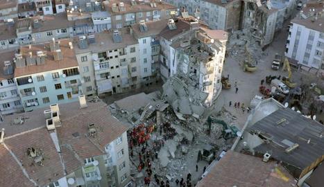 Vista aèria de part dels edificis que es van esfondrar a Turquia amb els equips de salvament provant de rescatar els sepultats.