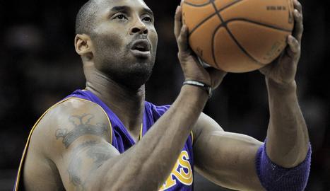Kobe Bryant, llançant a cistella durant la seua última temporada en actiu.