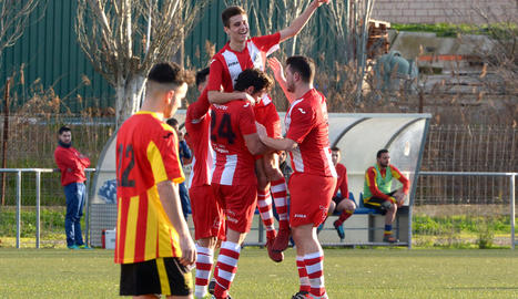 Jugadors de l'Atlètic Almacelles celebren un dels gols del partit.