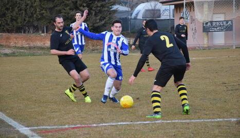 Un jugador de l'Organyà intenta eludir dos rivals del Vilanova.