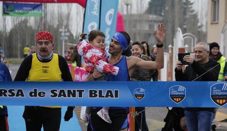 Ricard Pastó arriba a la meta com a vencedor agafant en braços la seua filla.