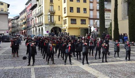 Un centenar de dones vestides de negre van escenificar ahir la 'performance' a la plaça dels Oms de la capital de l'Alt Urgell.