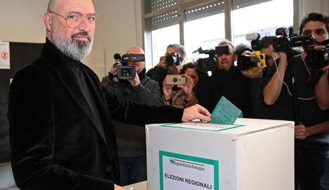 El candidat del centreesquerra a l'Emília-Romanya, Stefano Bonaccini, ahir en el moment de votar.