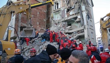 Imatge d'un edifici en ruïna després del terratrèmol.
