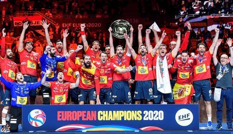 Els jugadors de la selecció espanyola d'handbol celebren el seu segon títol consecutiu.