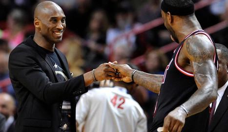Bryant saluda LeBron, que aquest cap de setmana el va superar com a tercer màxim anotador de l'NBA.