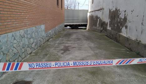 Jesús García mostra el lloc en el qual els Mossos van arrestar l'atracador.