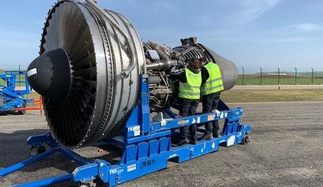 Procés de desballestament d'una de les turbines de l'avió Jumbo Boeing 747-400.