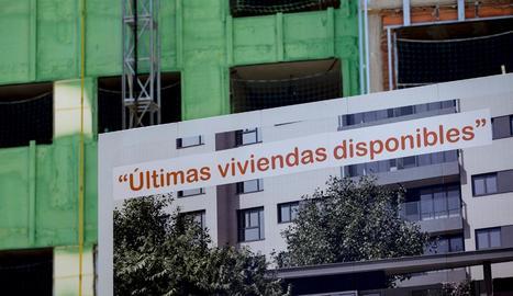 Imatge de cartells de venda d'habitatges.