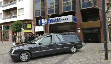 El cotxe de difunts amb les restes de la petita abandona l'hotel.