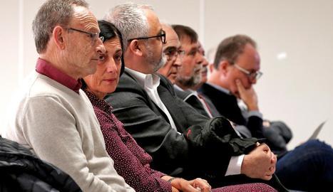 Els vuit acusats, ahir asseguts al banc.