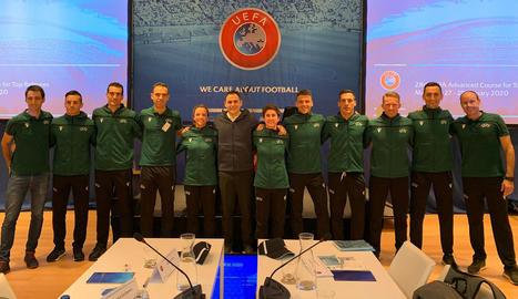 Estrada Fernández, quart per la dreta, al costat de la resta d'àrbitres de la Lliga al curs de la UEFA.