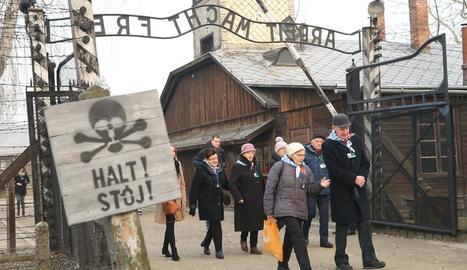 Alguns dels supervivents i familiars, ahir al camp de concentració.