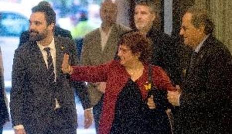 Els exconsellers presos arriben al Parlament entre aplaudiments i crits de llibertat