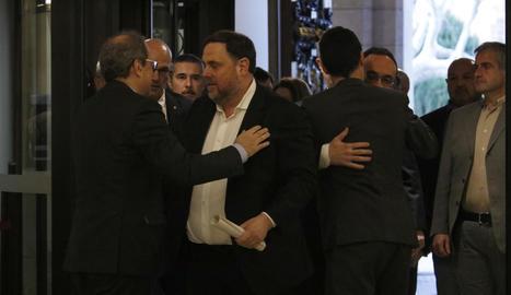 Pla americà de Quim Torra i Oriol Junqueras saludant-se amb Josep Rull i Roger Torrent