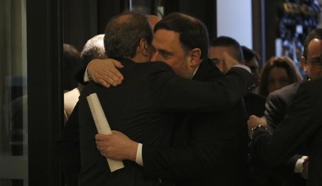 El president de la Generalitat, Quim Torra, i l'exvicepresident Oriol Junqueras abraçant-se a l'entrada al Parlament