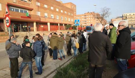 Una trentena de persones es van concentrar per donar suport als investigats.