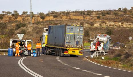 El camió accidentat a Cervera després de ser aixecat.