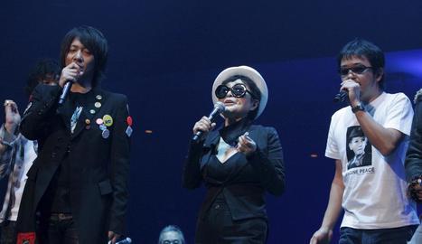 La viuda de Lennon, Yoko Ono, en un concert homenatge al músic de Liverpool al Japó.